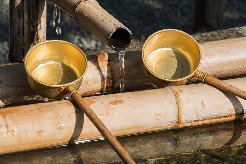 trinkwasser str mt aus einem bambusrohr und 2 tassen. Black Bedroom Furniture Sets. Home Design Ideas