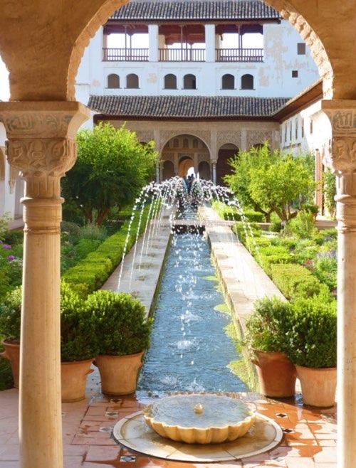 Gartenanlage mit teich in der burgstadt alhambra for Gartenanlage mit teich