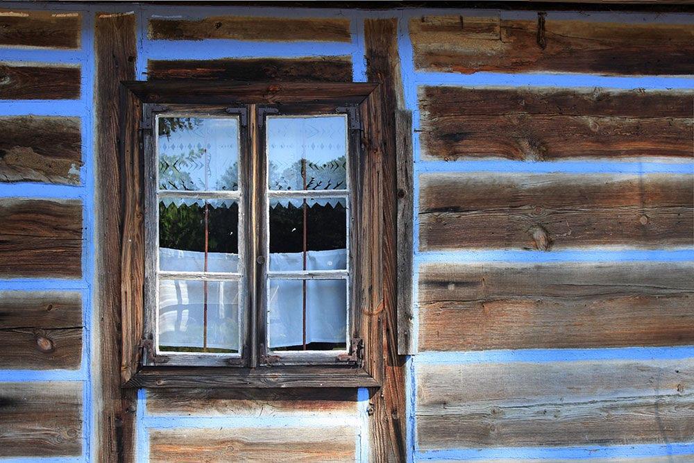 gardinen vor einem holzfenster und blaue nuten einer bergh tte. Black Bedroom Furniture Sets. Home Design Ideas