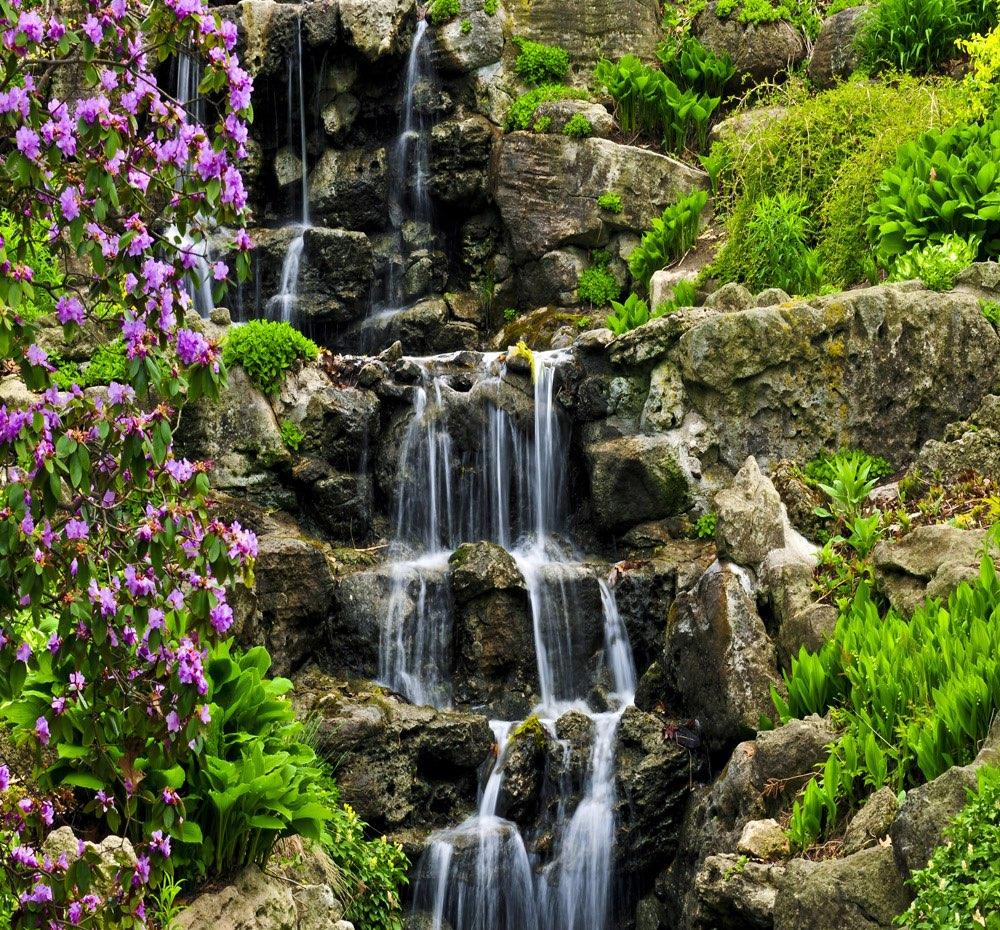 Immer Blühender Garten wasserfall mit immer grüner und blühender bewachsung erleuchtung im